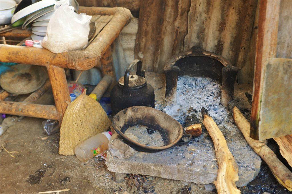 Sade, village sasak à Lombok, cuisine au feu de bois