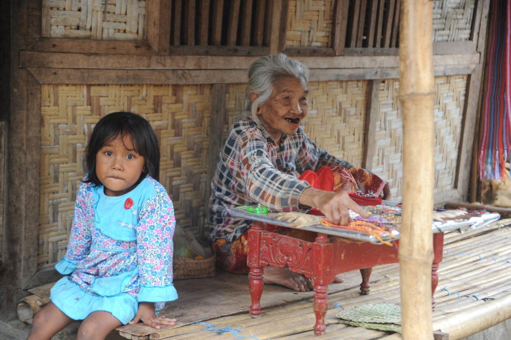 Sade, village sasak à Lombok, enfant et vendeur