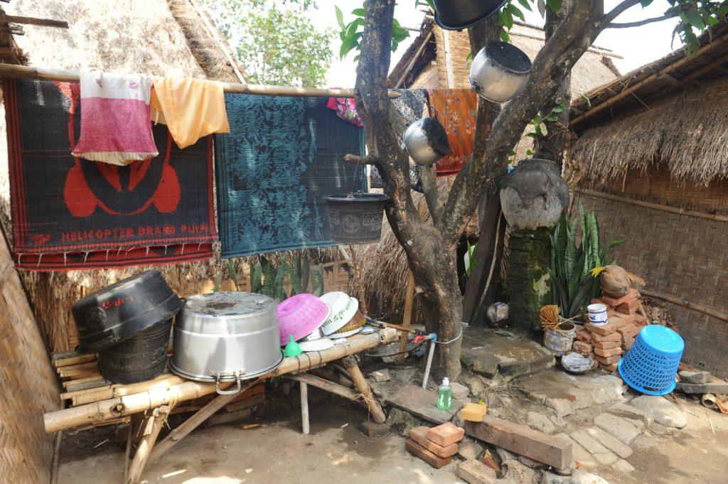 Sade, village sasak à Lombok, vaisselle et tapis qui sèchent