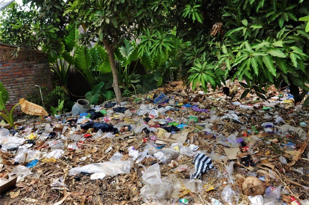 Sade, village sasak à Lombok, tas de déchets