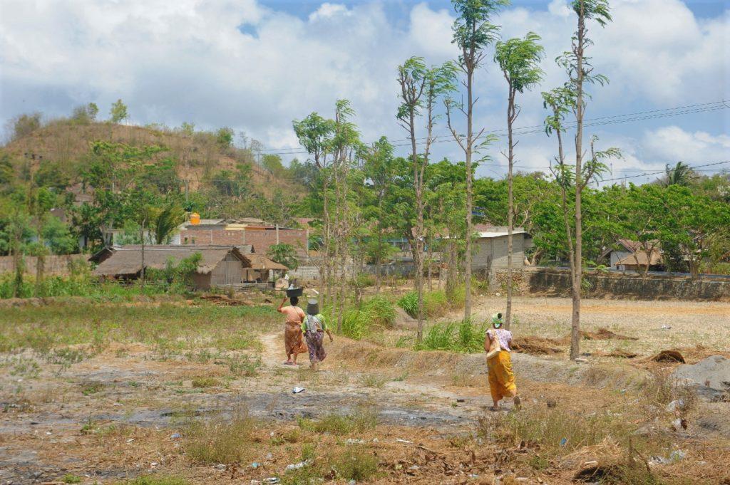 Sade, village sasak à Lombok, femmes portant des seaux sur leur tête
