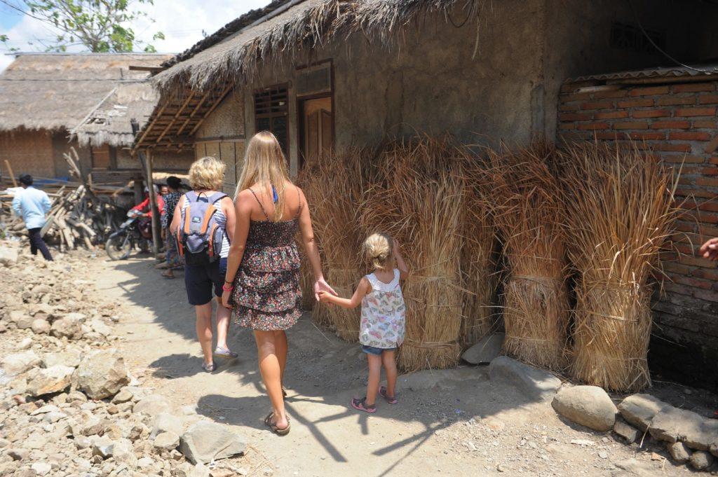 Sade, village sasak à Lombok, pauline, chatounette et mamisa marchant le long des ballots de paille