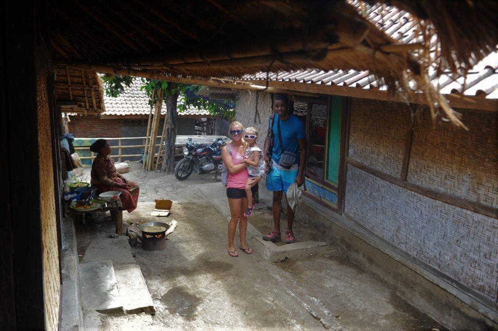 Sade, village sasak à Lombok, chatounette, margot et manu dans une ruelle