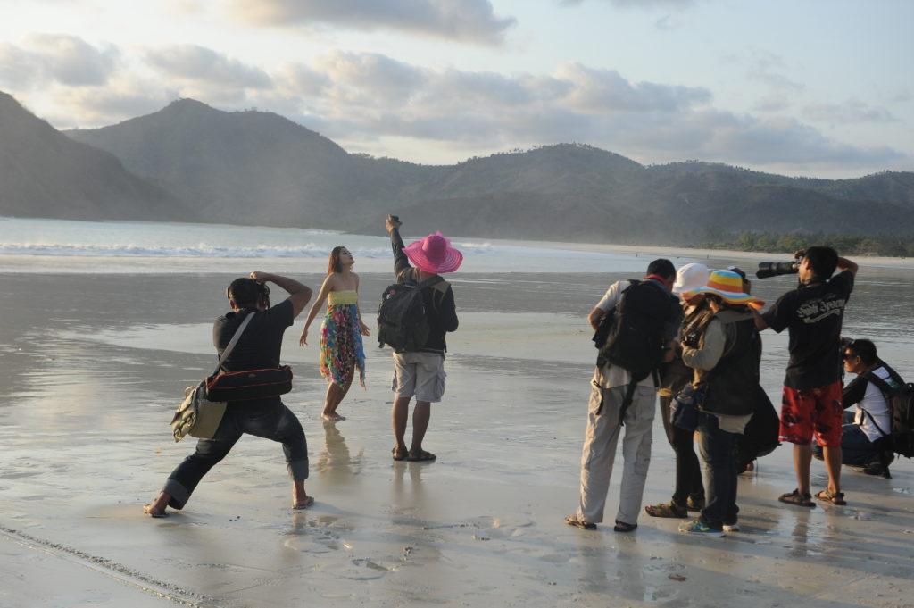 Selong Belanak, plage de rêve de Lombok, au coucher du soleil, modèle indonésienne parmi les photographes