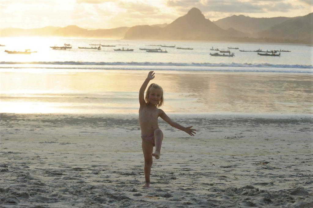 Selong Belanak, plage de rêve de Lombok, au coucher du soleil, chatounette s'amusant sur la plage