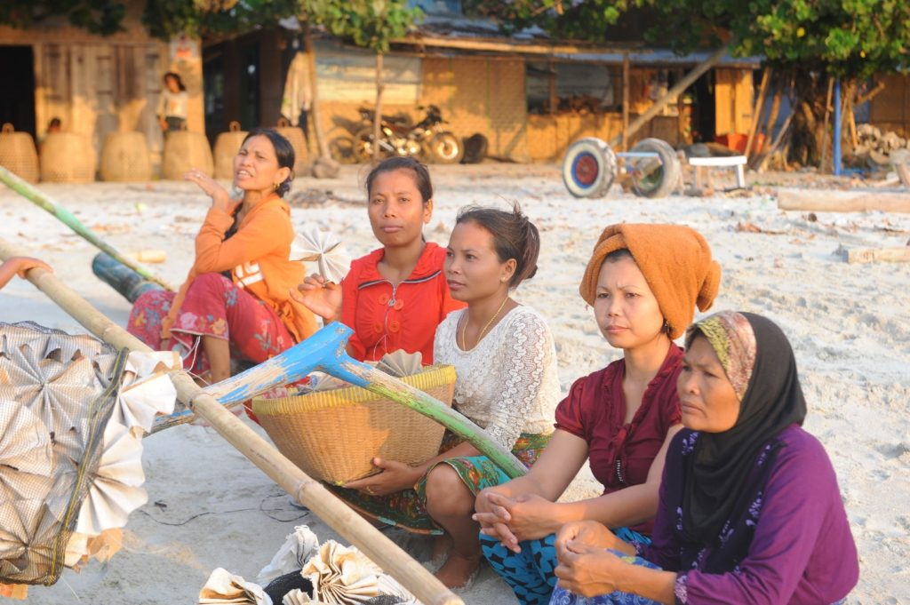 Selong Belanak, plage de rêve de Lombok, au coucher du soleil, femmes de pêcheurs