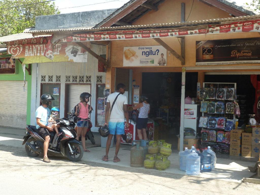 sur la route entre Kuta Lombok et Selong Belanak Beach, notre tribu faisant un réapprovisionnement d'eau et de nourriture dans une petite épicerie