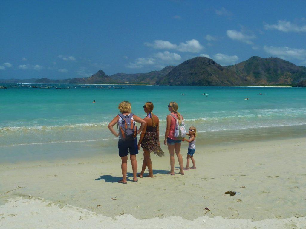 plage de Selong Belanka Beach, les filles de dos mais face à la mer