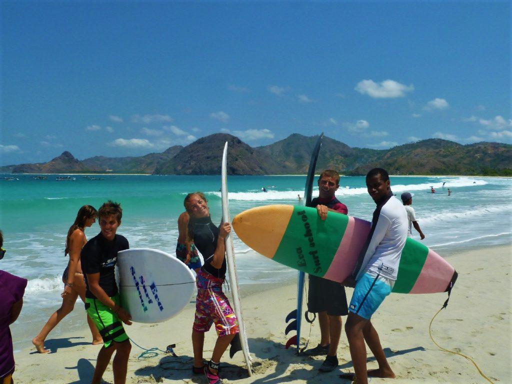 plage de Selong Belanka Beach, l'équipe des surfeurs