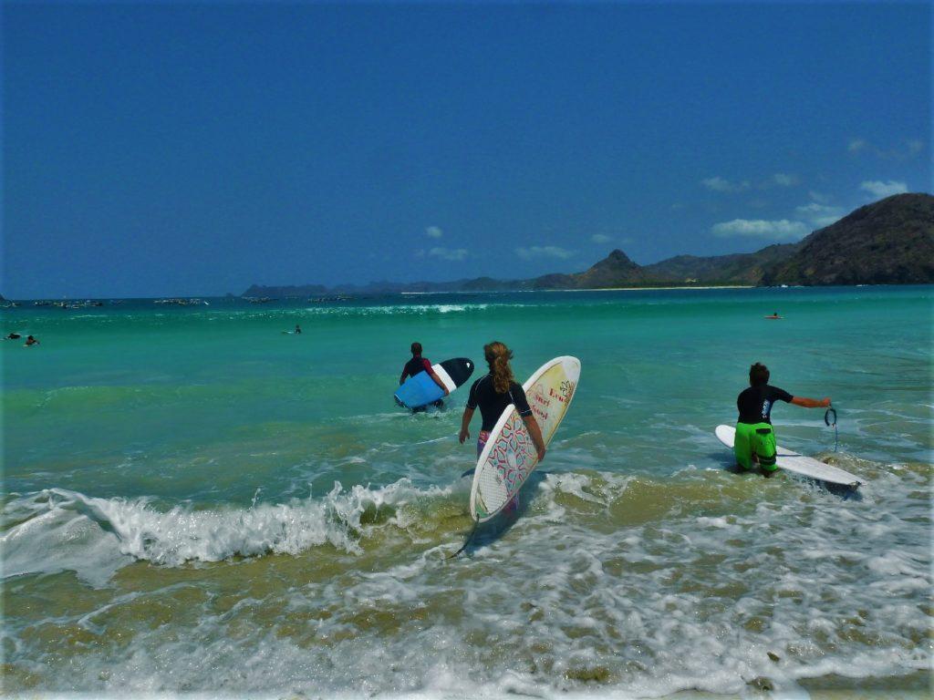 plage de Selong Belanka Beach, l'équipe des surfeurs partant à l'eau