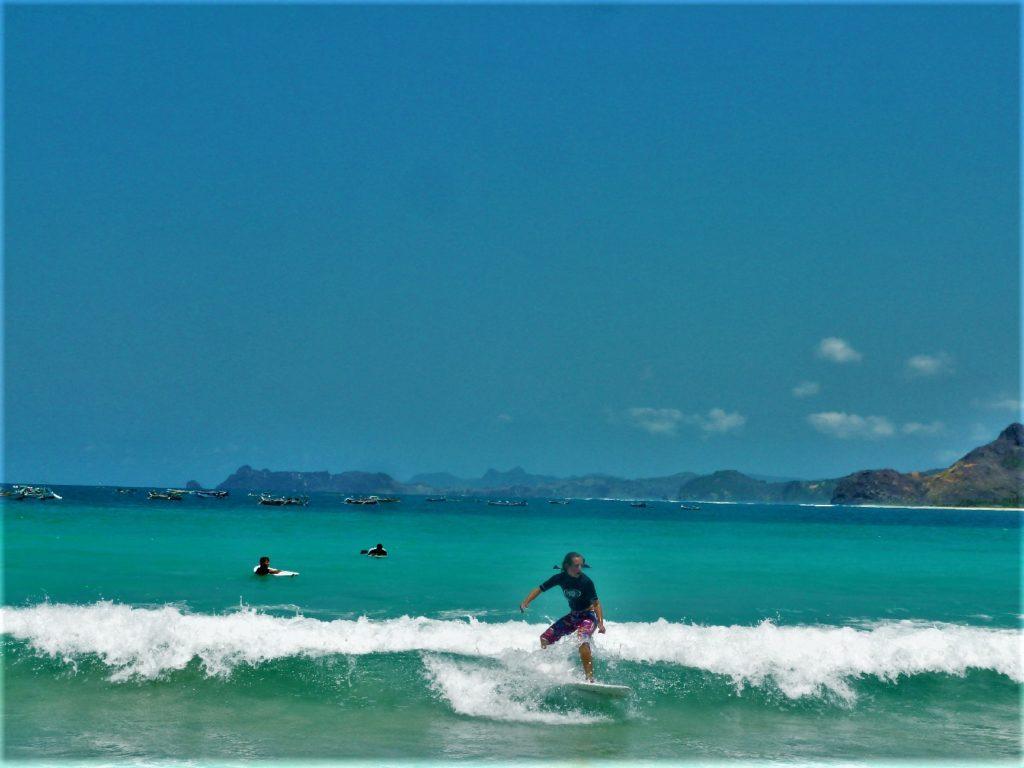 plage de Selong Belanka Beach, chatoune en train de surfer