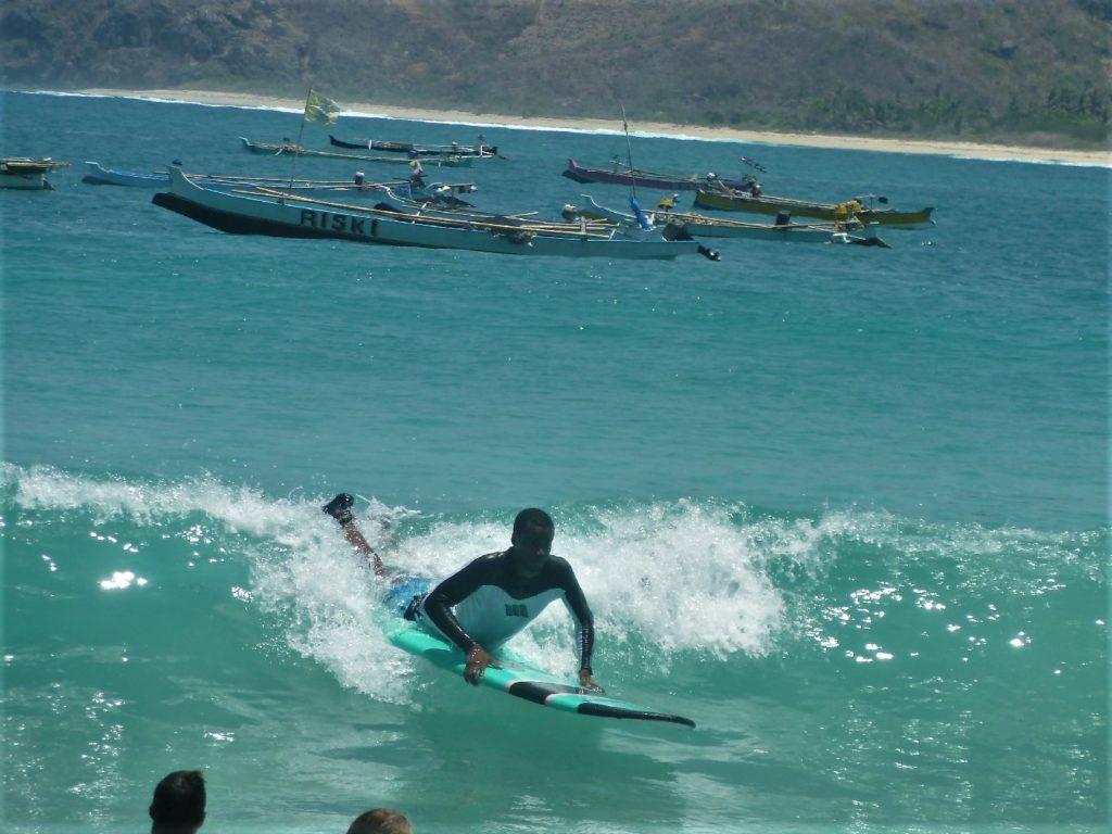 plage de Selong Belanka Beach, manu en train de surfer