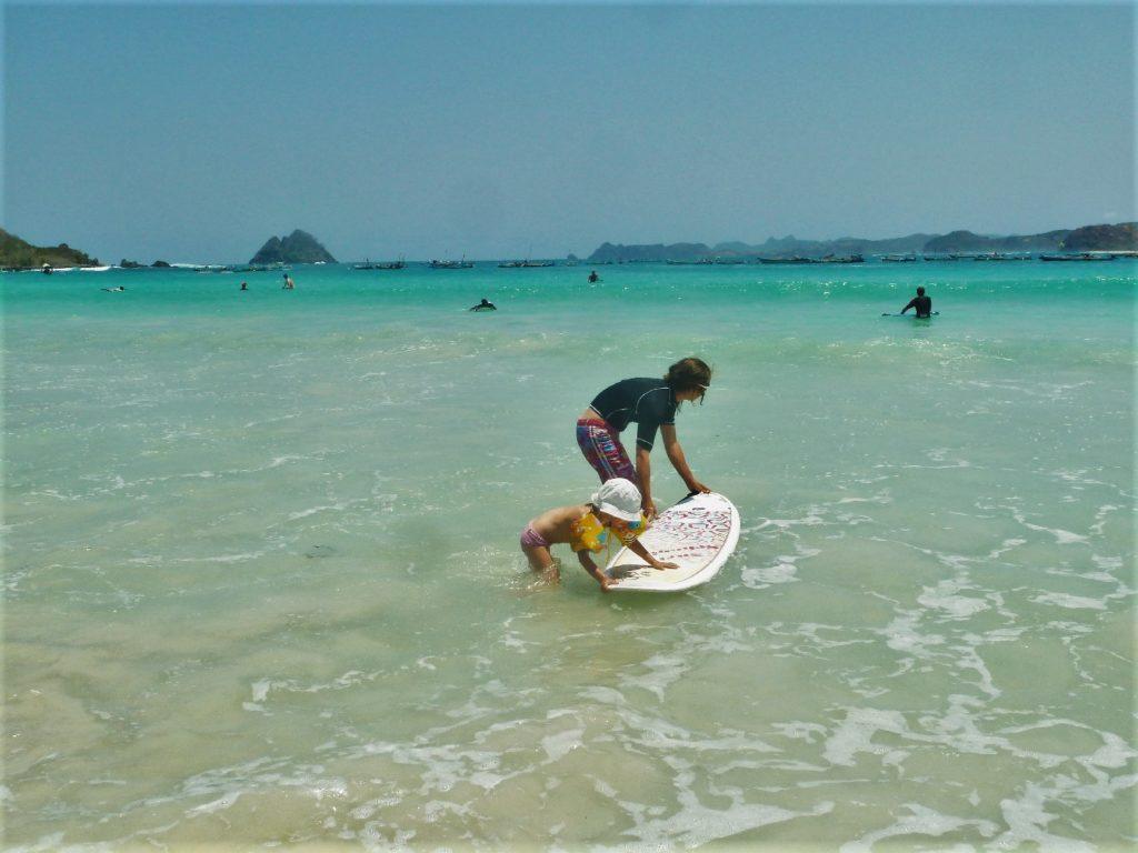plage de Selong Belanka Beach, chatoune et chatounette se préparant à aller surfer