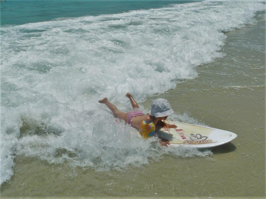 plage de Selong Belanka Beach, chatounette en train de surfer