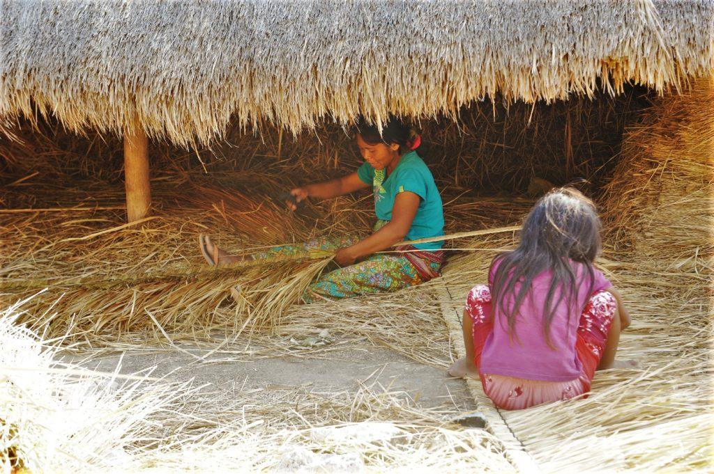 sur la route entre Kuta Lombok et Selong Belanak Beach, femme travaillant la paille