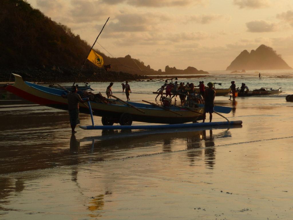 Selong Belanak, plage de rêve de Lombok, au coucher du soleil, mise à l'eau de bateau de pêche