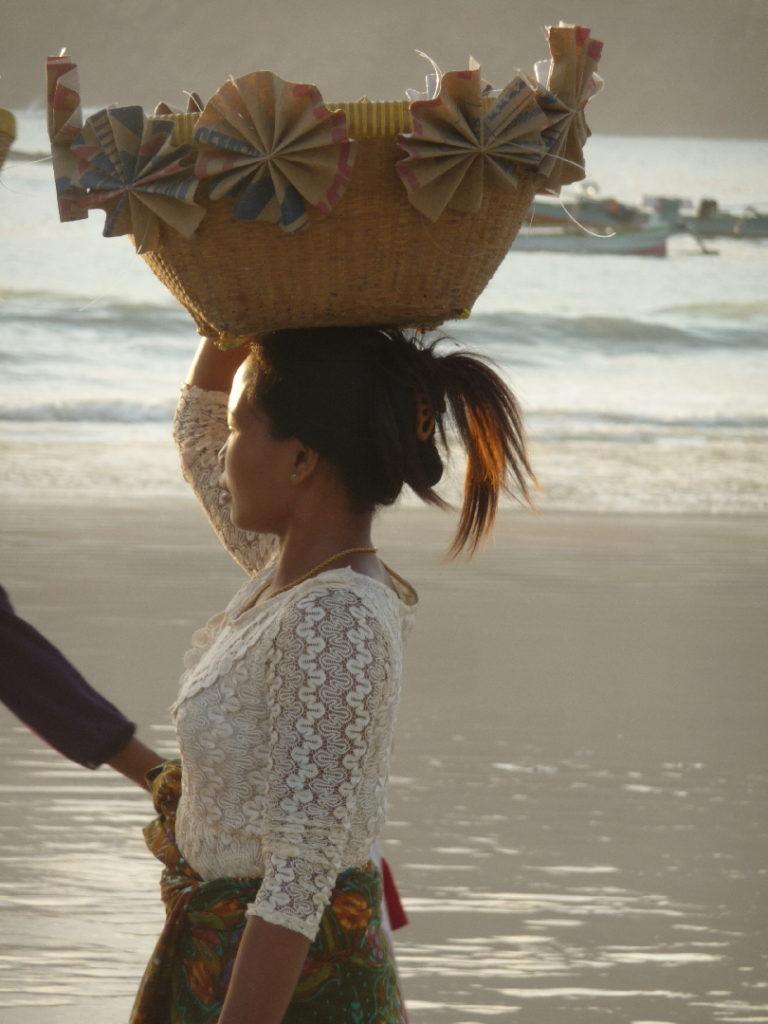 Selong Belanak, plage de rêve de Lombok, au coucher du soleil, femme de pêcheurs défilant avec leurs paniers sur la tête