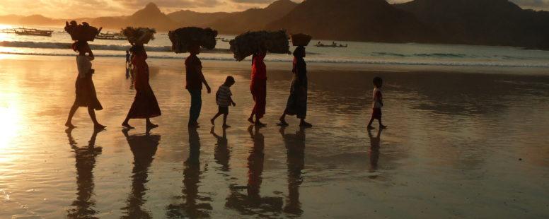 Selong Belanak, plage de rêve de Lombok, au coucher du soleil, femmes de pêcheurs défilant avec leurs paniers sur la tête