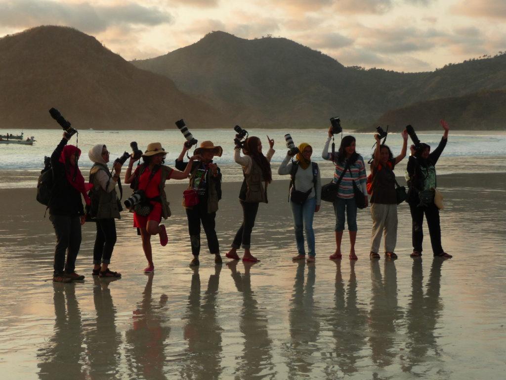 Selong Belanak, plage de rêve de Lombok, au coucher du soleil, école de photographie s'exerçant sur les femmes de pêcheurs défilant avec leurs paniers sur la tête