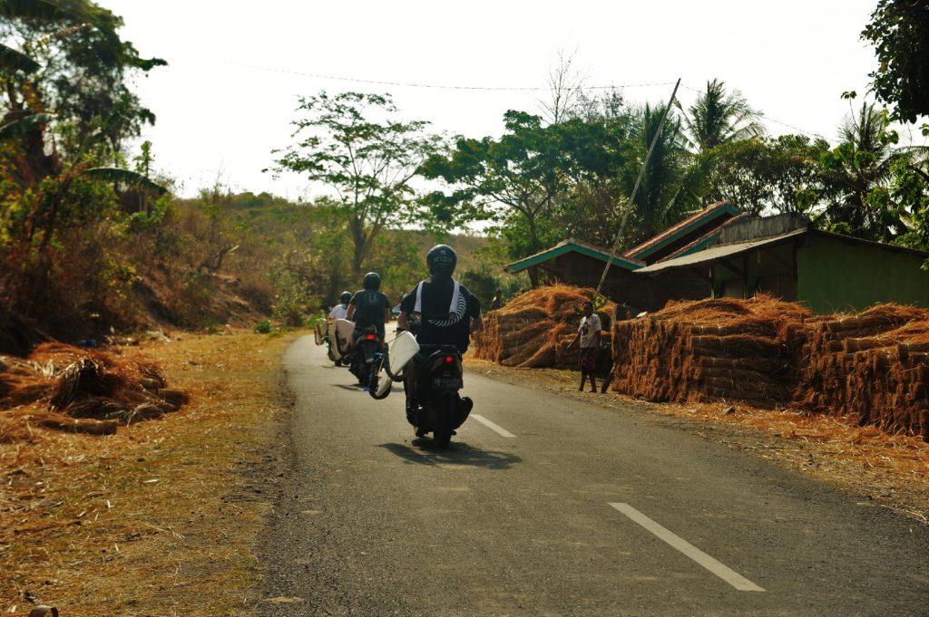 sur la route entre Kuta Lombok et Selong Belanak Beach, stockage de la paille sur le bord de la route et scooters transportant des planches de surf
