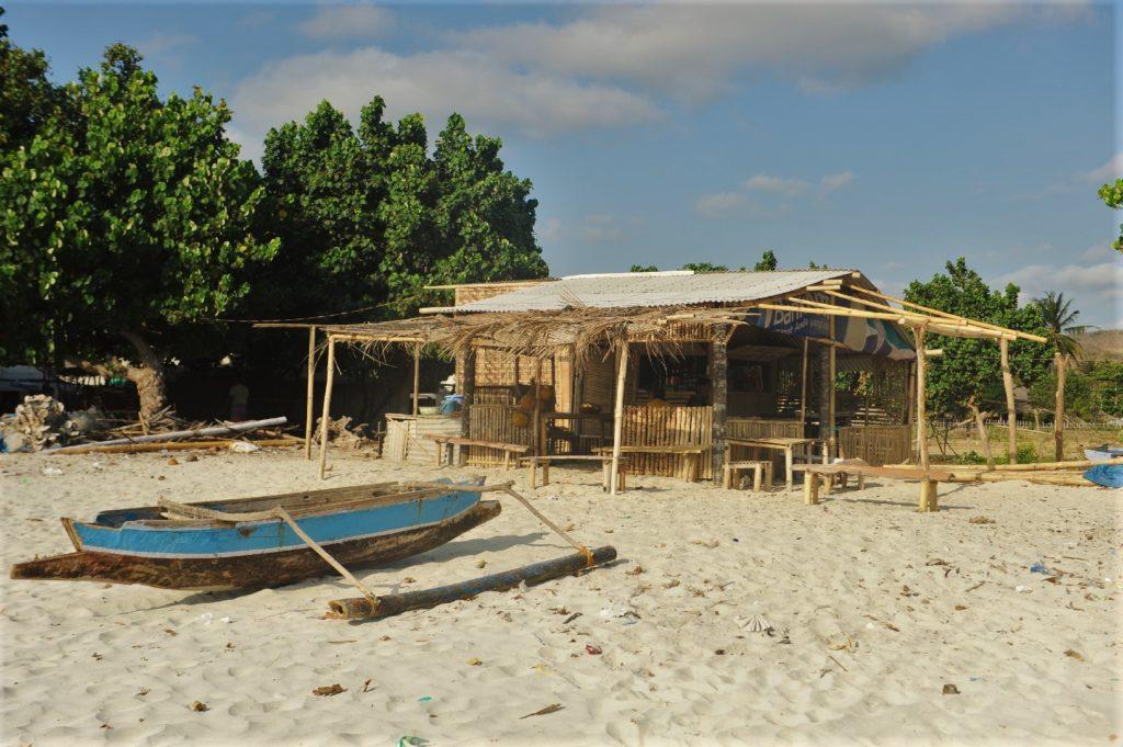 plage de Selong Belanka Beach, bateaux sur le sable et échoppes