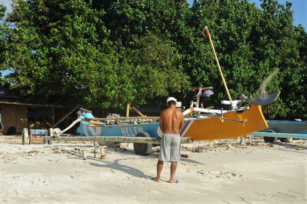 plage de Selong Belanka Beach, les coulisses de la plage, pêcheur travaillant à son bateau