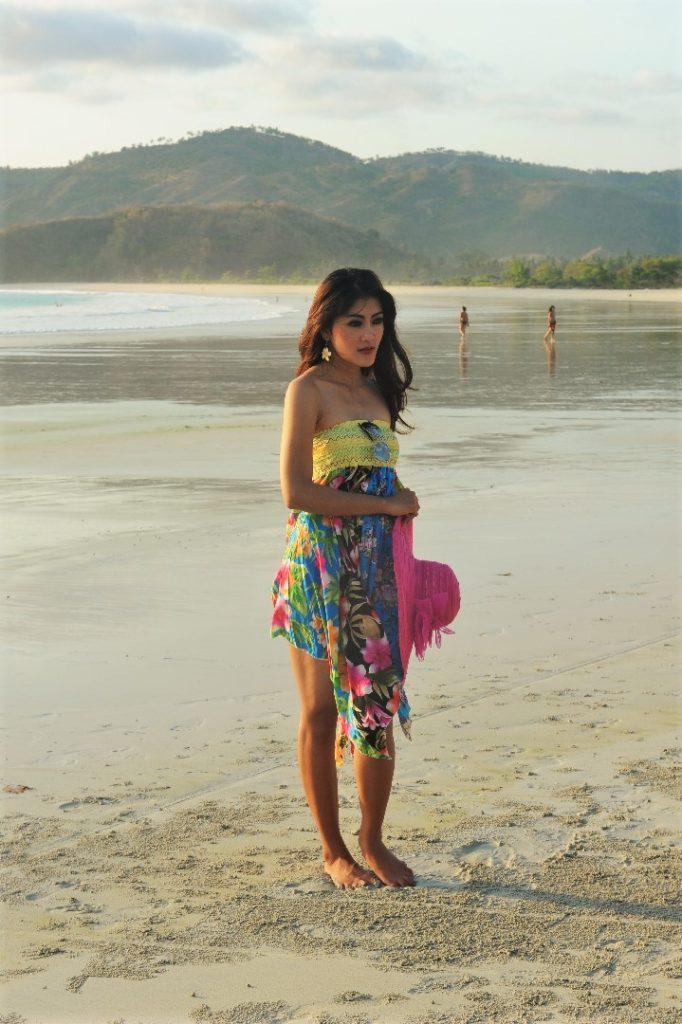 Selong Belanak, plage de rêve de Lombok, au coucher du soleil, modèle indonésienne