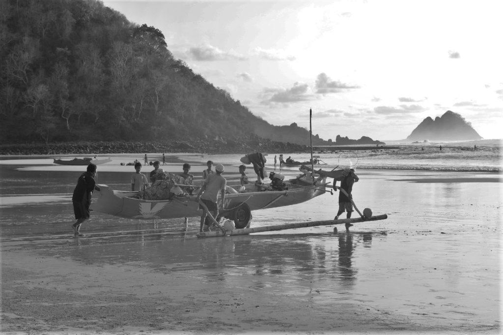 Selong Belanak, plage de rêve de Lombok, au coucher du soleil, pêcheurs s'apprêtant à partir