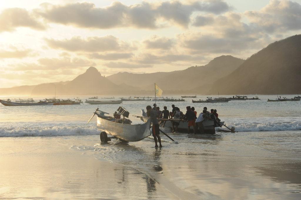 Selong Belanak, plage de rêve de Lombok, au coucher du soleil, mise à l'eau de bateaux