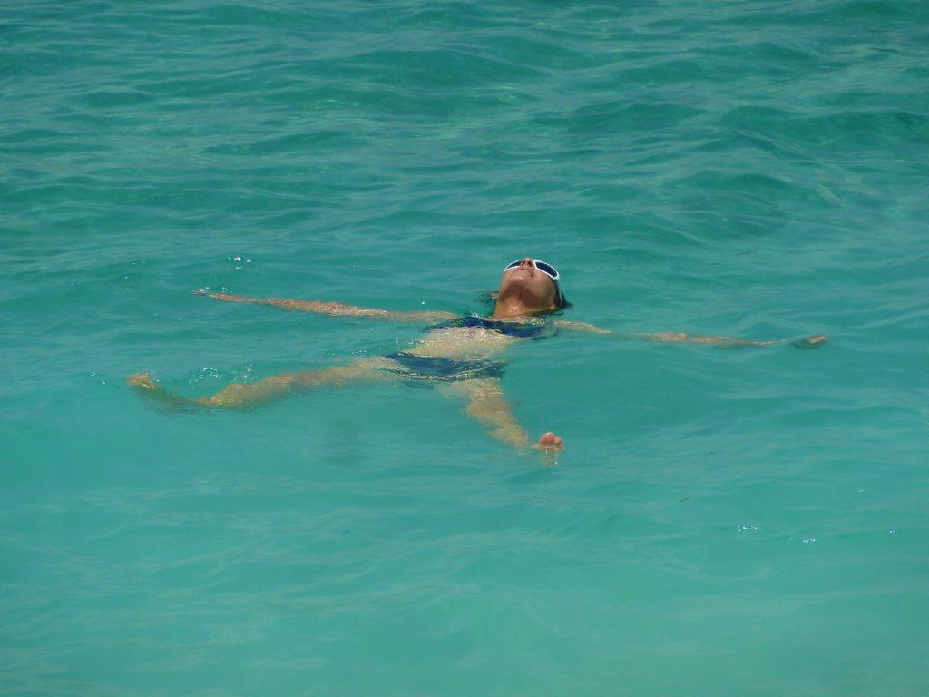 chatoune en train de faire l'étoile dans la mer à gili meno