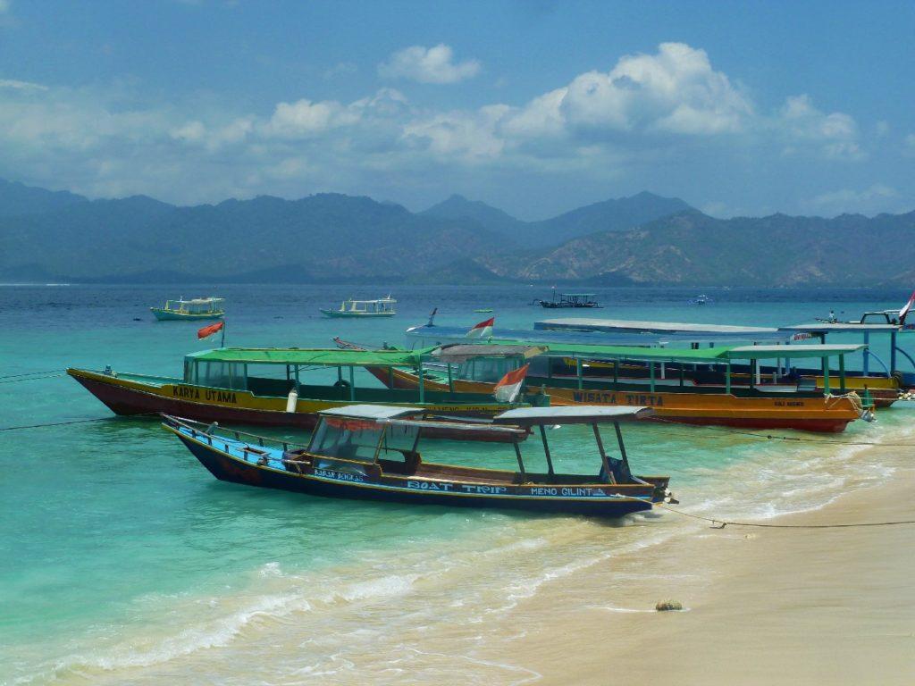 bateaux amarrés sur la plage de gili meno