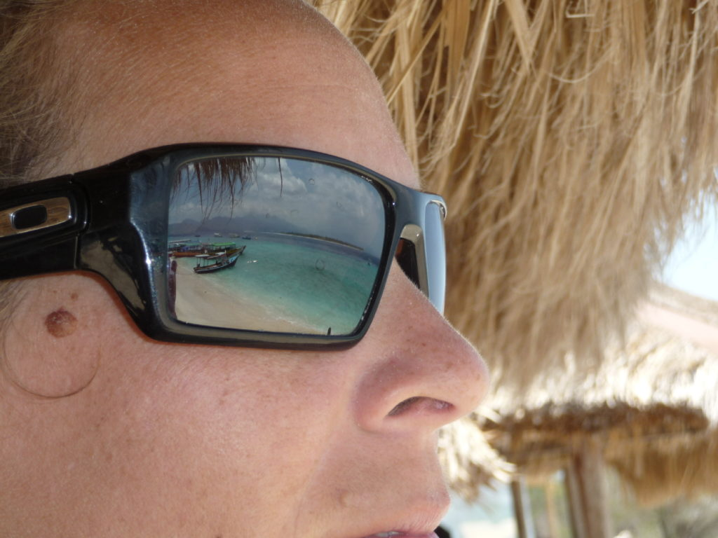 lunettes de chatoune et reflets de verre de la palge de gili meno