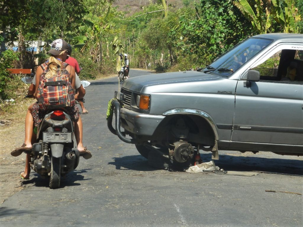 voiture en panne en travers sur la chaussée