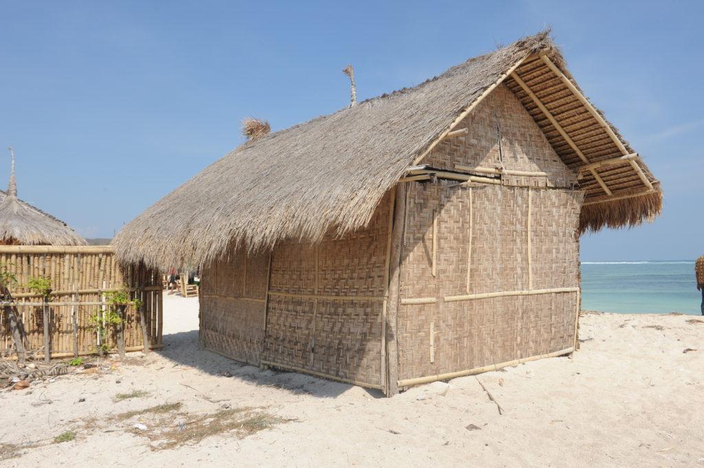 baraquement, restaurant, warung sur la plage de Tanjung Aan Beach