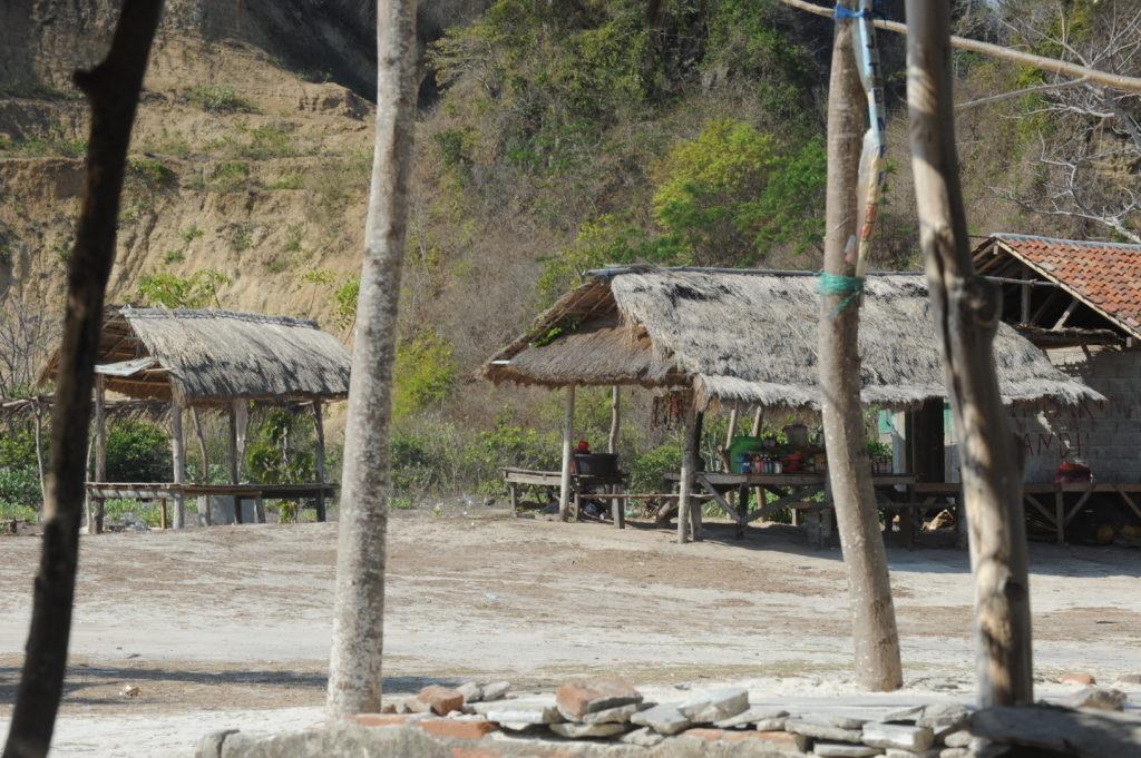 abris en bois sur la plage de Tanjung Aan Beach