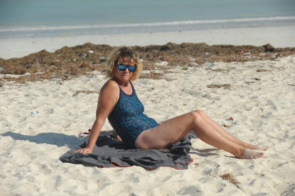 mamisa sur sa serviette sur la plage de Tanjung Aan Beach