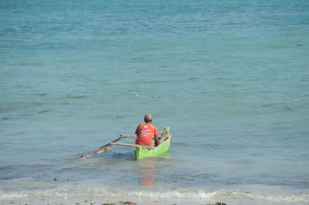homme partant à la pêche sur son bateau depuis la plage de Tanjung Aan Beach