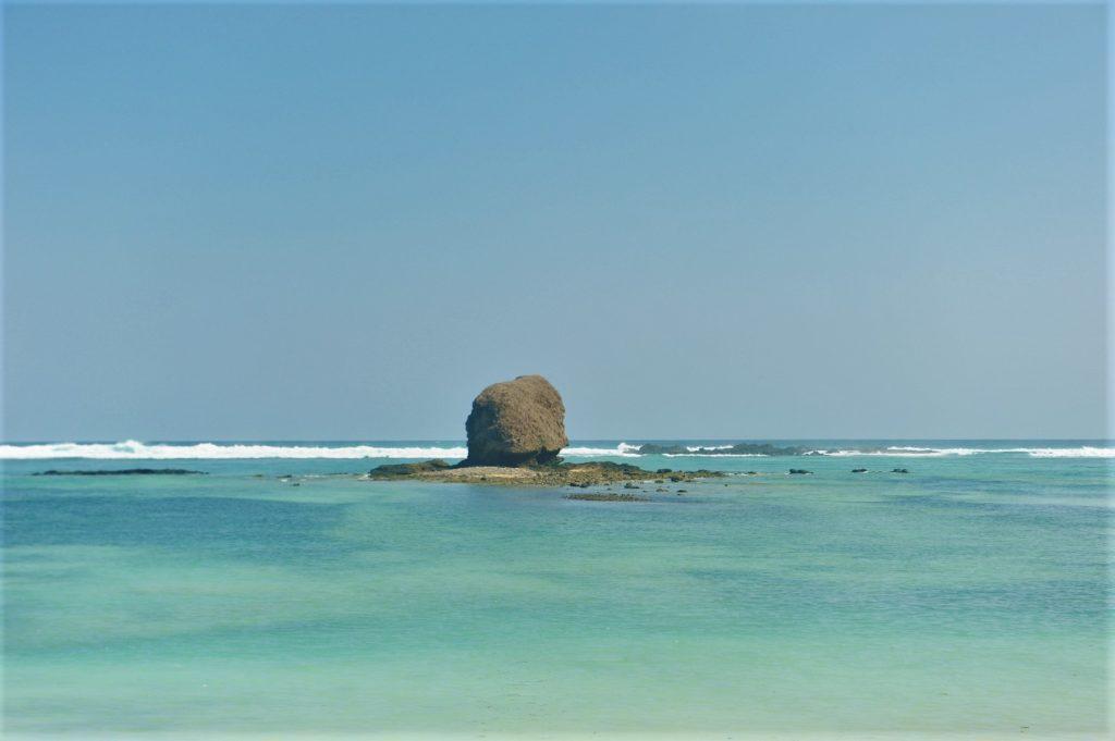 rocher dans la mer sur la plage de Tanjung Aan Beach