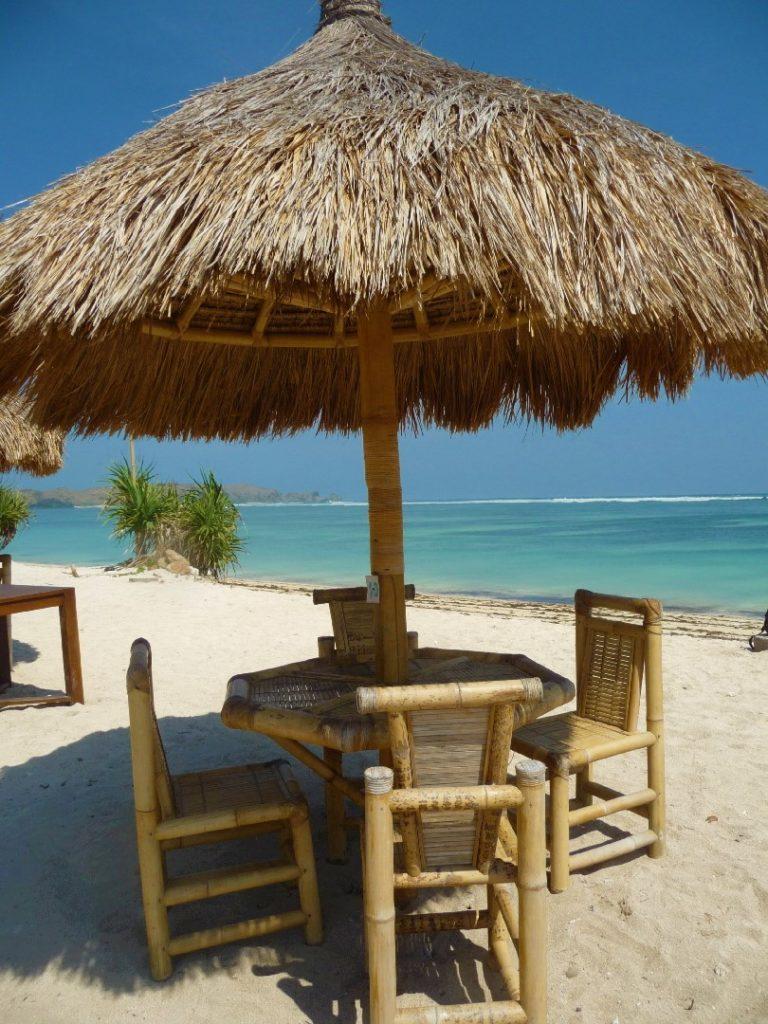 tables de restaurant sur la plage de tanjung aan beach