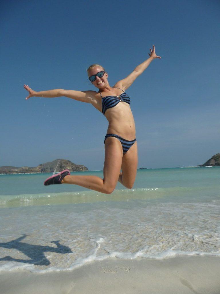Margot sautant sur la plage de Tanjung Aan Beach