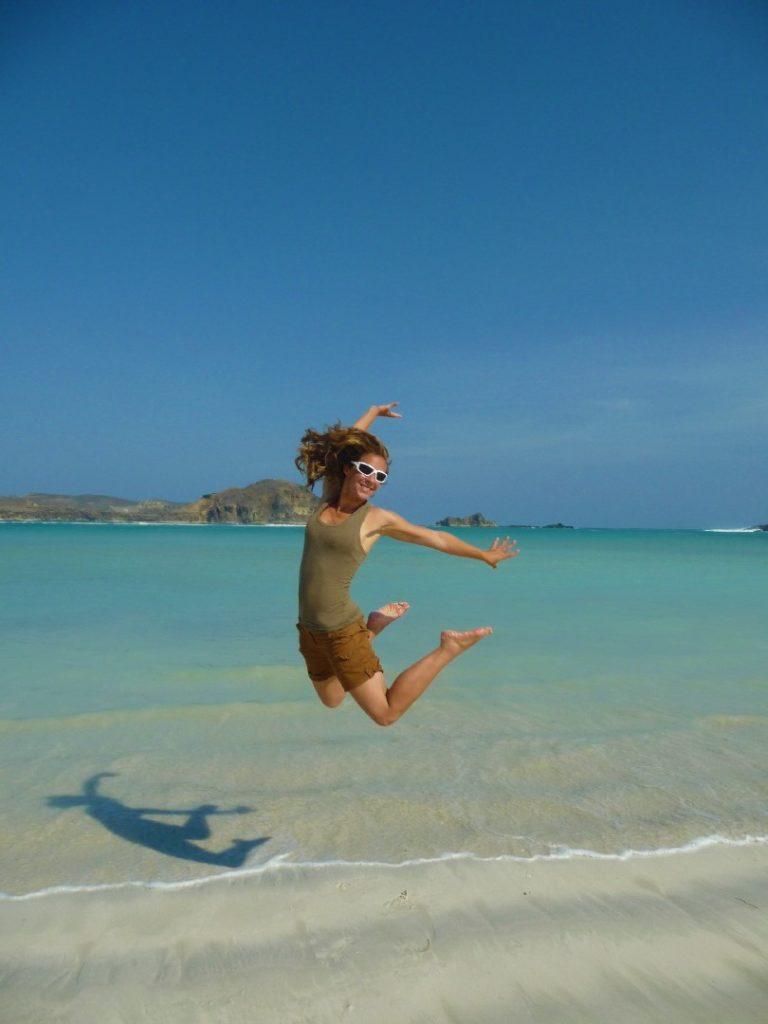 Chatoune sautant sur la plage de Tanjung Aan Beach