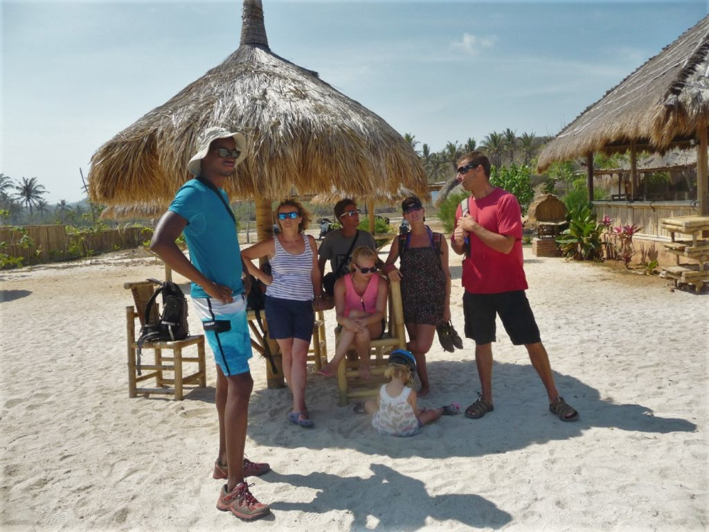 notre équipe au restaurant sur la plage de tanjung aan beach