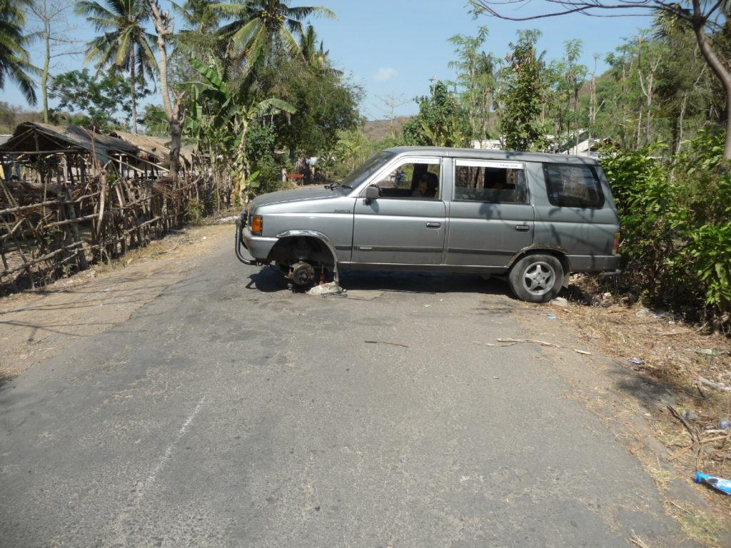 véhicule en panne en travers de la chaussée