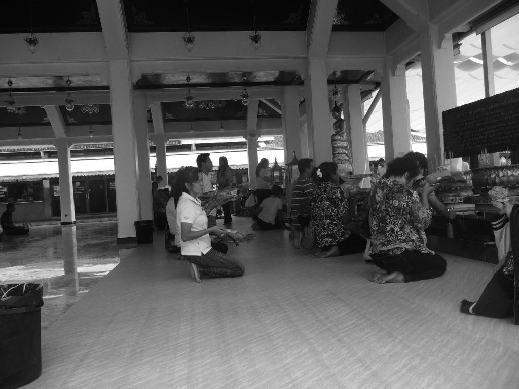 pratiquants dans temple de bangkok