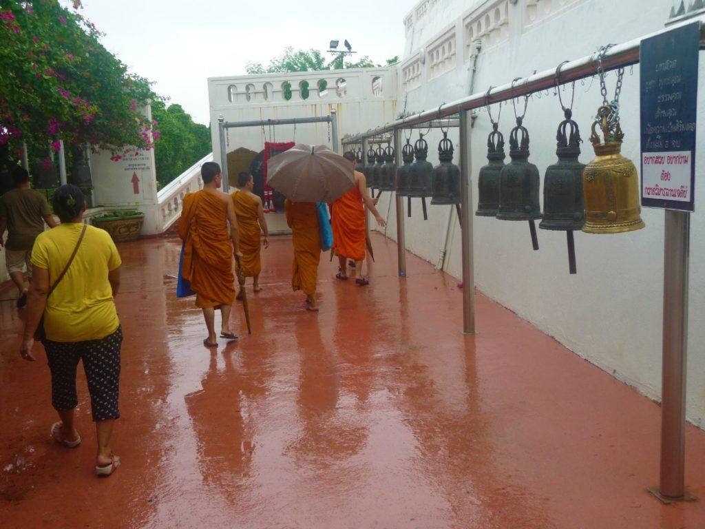moines devant les cloches et gong au mont d'or ou golden mountain