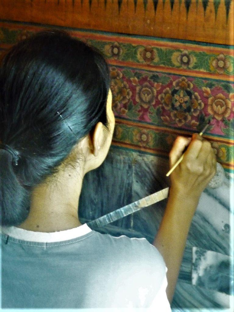 femme qui rénove les peintures de Wat Pho et son Bouddha couché de 46m de long