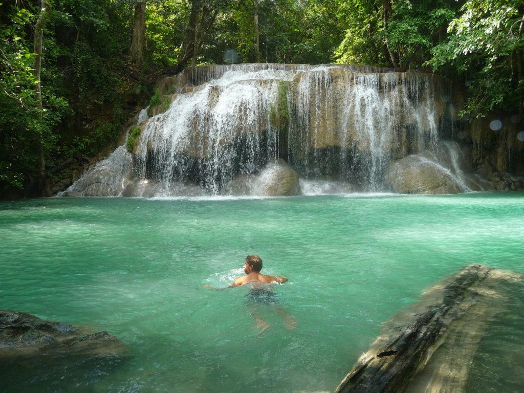 chaton nageant vers la cascade d'eau du palier 1, Erawan, Parc National de la région de Kanchanaburi, Thaïlande
