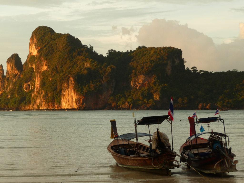 coucher de soleil sur la plage de koh phi phi avec les bateaux au premier plan