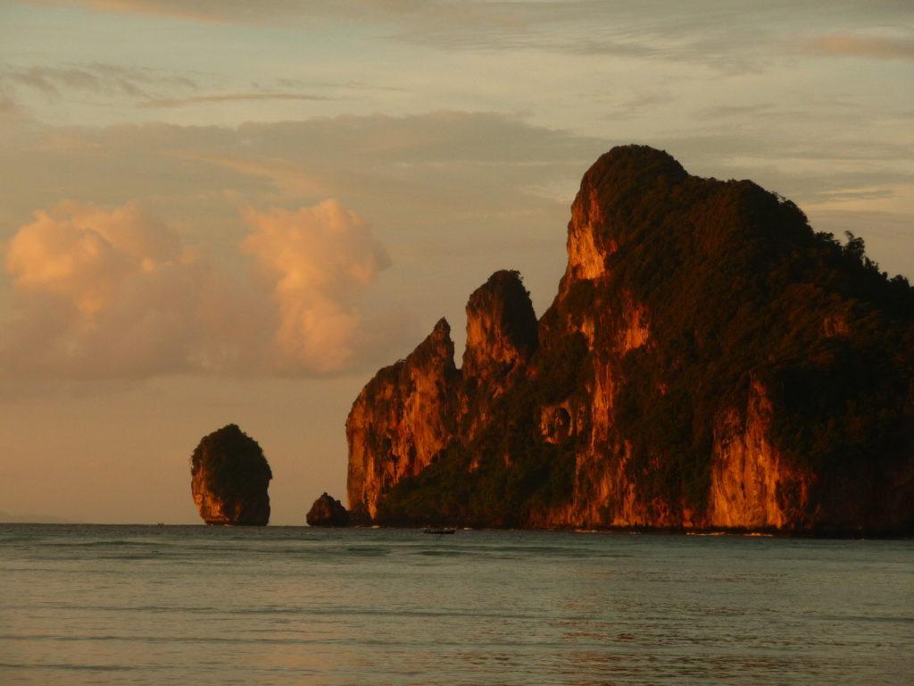 coucher de soleil depuis la plage de koh phi phi avec vue sur les parois karstiques