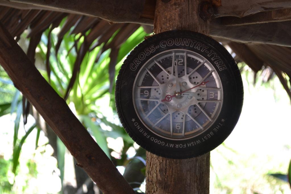 horloge en forme de roue dans un bar près de khao yai